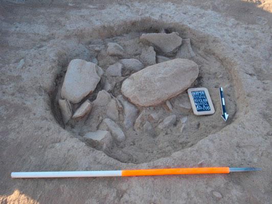 Εικ. 5. Λάκκος που περιέχει κεραμική, λίθινα αντικείμενα και πέτρες.
