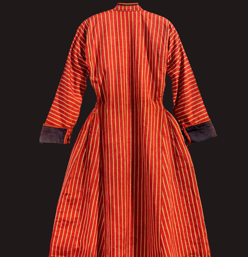 Νυφικό καφτάνι από ριγωτό μεταξωτό ύφασμα, χαρακτηριστικό εξάρτημα της γυναικείας σουφλιώτικης φορεσιάς. Σουφλί, Μουσείο Μετάξης.
