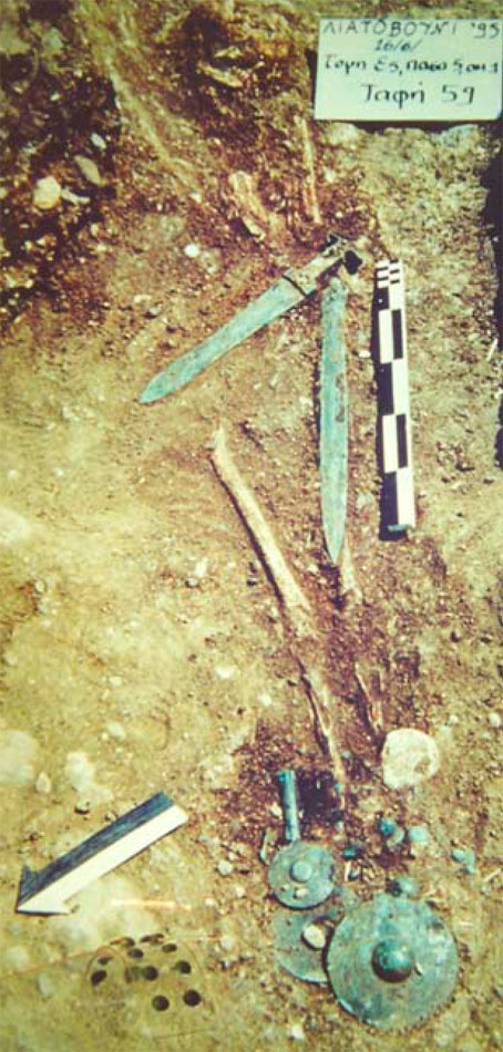 Ο λακκοειδής τάφος 59, στο Λιατοβούνι Κόνιτσας, ΥΕΙΙΙΓ περίοδος (φωτ. ΙΒ΄  ΕΠΚΑ).