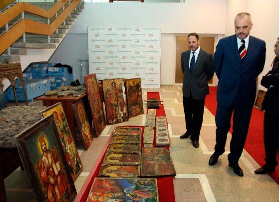 Στην Εθνική Πινακοθήκη των Τιράνων μεταφέρθηκαν τα 1.077 έργα τέχνης που κατασχέθηκαν (φωτ. AP).