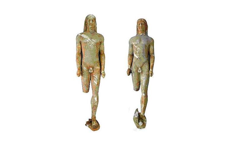 Εικ. 1. Οι δύο αρχαϊκοί Κούροι που κατασχέθηκαν από την ΔΤΠΠΑ τον Μάιο του 2010, ύστερα από λαθρανασκαφή, στην περιοχή της Κορίνθου. (© Διεύθυνση Τεκμηρίωσης και Προστασίας Πολιτιστικών Αγαθών)