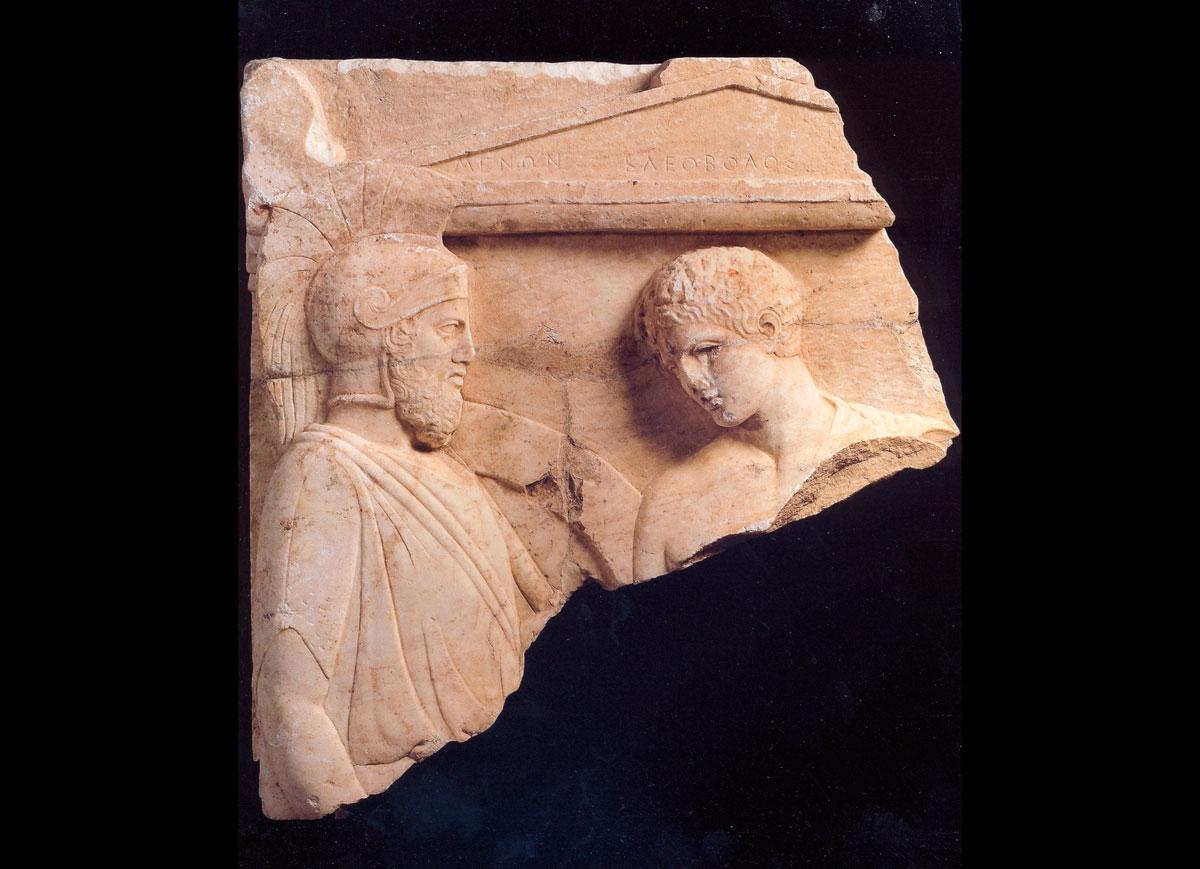 Εικ. 2. Το άνω τμήμα της επιτύμβιας στήλης από τη Βραυρώνα που εμφανίστηκε ξαφνικά το 1990 στο Metropolitan Museum της Νέας Υόρκης και ταυτίστηκε από τον αρχαιολόγο Γ. Δεσπίνη με το εναπομείναν κάτω μέρος της στην Ελλάδα. Επιστράφηκε στο Μουσείο της Βραυρώνας το 2008. (© Διεύθυνση Τεκμηρίωσης και Προστασίας Πολιτιστικών Αγαθών)