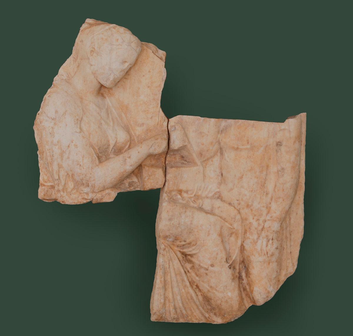 Εικ. 3. Τα δύο τμήματα επιτυμβίου αναγλύφου, που είχαν αγοραστεί από το Μουσείο Getty, τη δεκαετία του 1970, και αποδείχτηκε ότι συνανήκαν με ένα τρίτο, στις Συλλογές του Μουσείου Κανελλοπούλου. Ο επαναπατρισμός τους πραγματοποιήθηκε τον Μάρτιο του 2012. (© Διεύθυνση Τεκμηρίωσης και Προστασίας Πολιτιστικών Αγαθών)