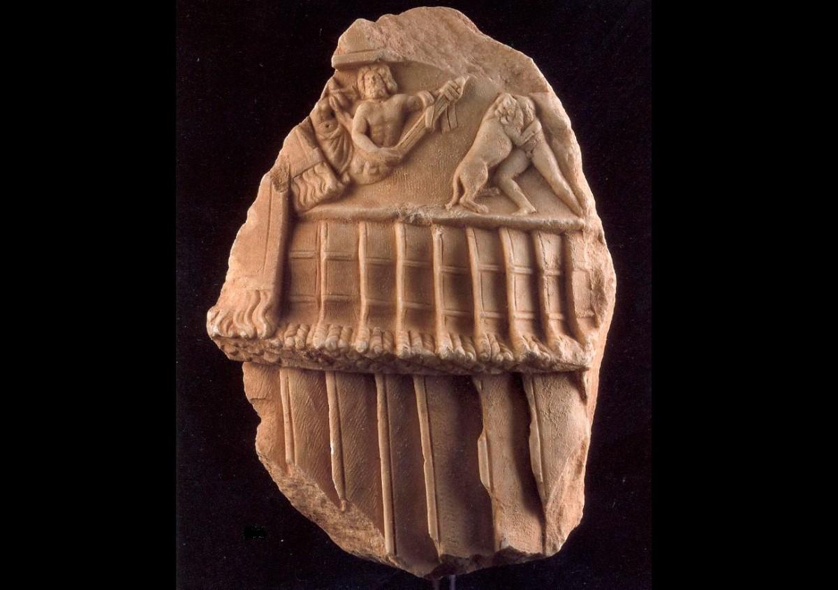 Εικ. 5. Τμήμα μαρμάρινου ανδριάντα υπερφυσικού μεγέθους. Είχε αποκαλυφθεί στις ανασκαφές του 1904 στο Αμφιαράειο και είχε κλαπεί το 1993. Η αναζήτηση κράτησε 13 χρόνια ώσπου το 2004 εντοπίστηκε σε οίκο δημοπρασιών στο Μόναχο. Ο επαναπατρισμός του πραγματοποιήθηκε τον Μάιο του 2004. (© Διεύθυνση Τεκμηρίωσης και Προστασίας Πολιτιστικών Αγαθών)