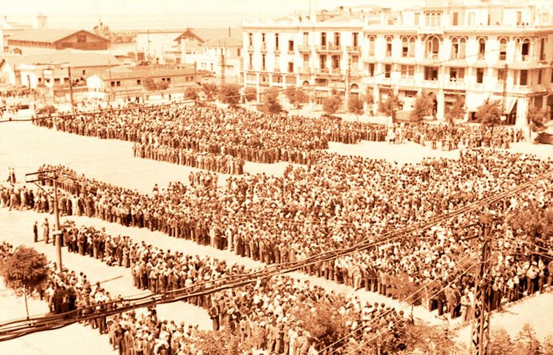 Εβραίοι συγκεντρωμένοι στην πλατεία Ελευθερίας, με προορισμό τα στρατόπεδα Άουσβιτς – Μπίρκεναου.