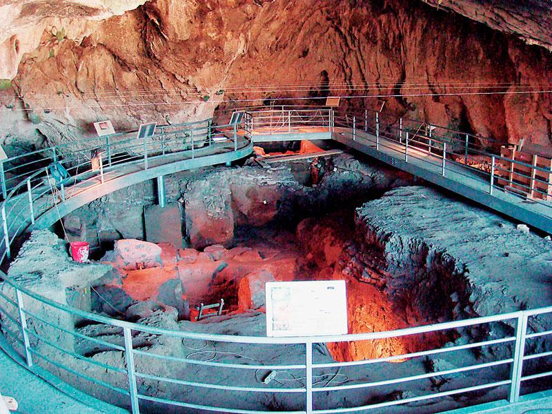 Το εσωτερικό του Σπηλαίου της Θεόπετρας.