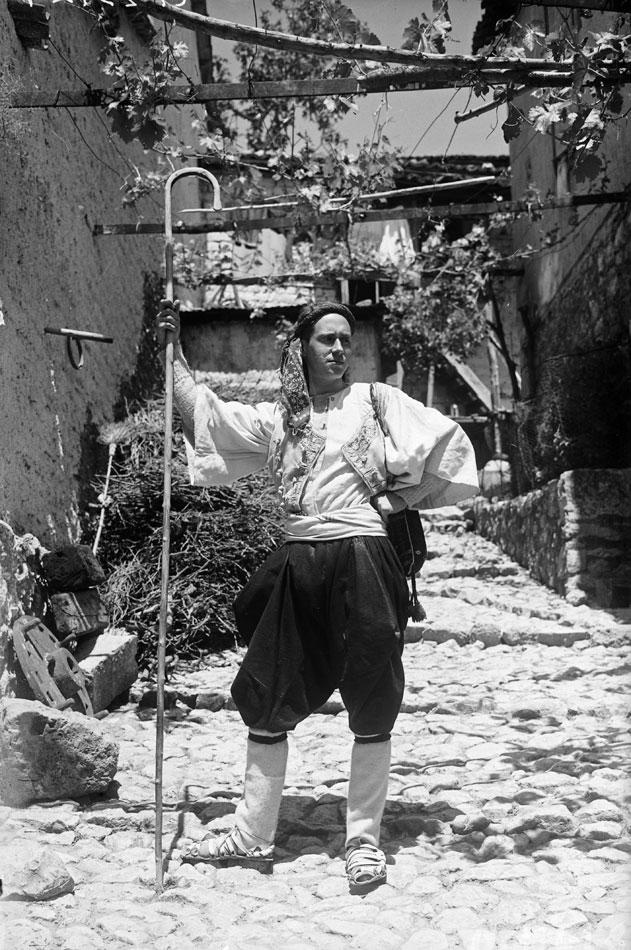 Ο Γιάννης Τσαρούχης στην Αράχοβα, 1930. Φωτογραφία Nelly's. Φωτογραφικά Αρχεία Μουσείου Μπενάκη, αρ. ευρ. N.1741.b.