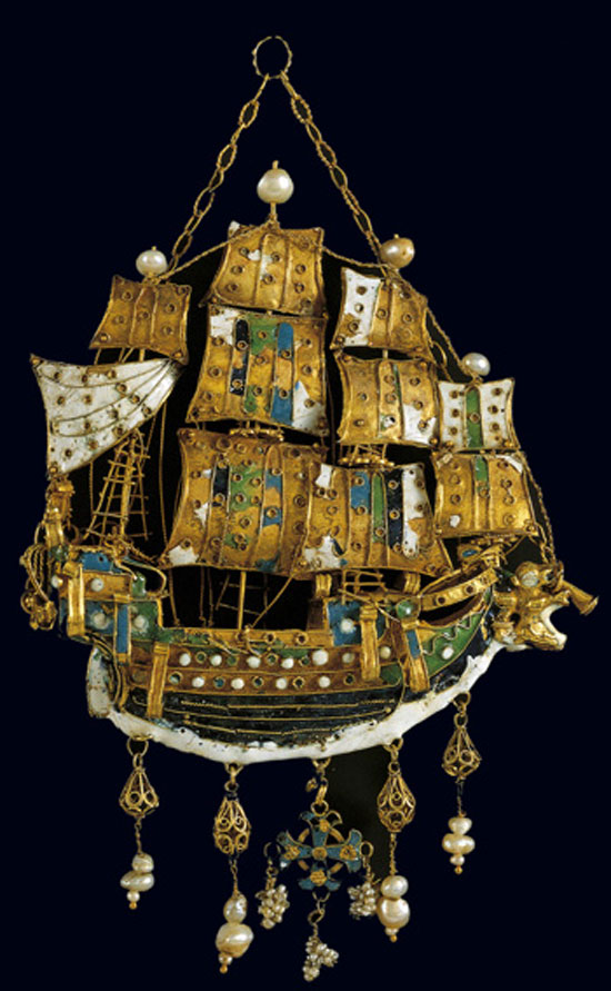 Χρυσό εγκόλπιο σε σχήμα καραβέλας, διακοσμημένο με πολύχρωμα σμάλτα και μαργαριτάρια. Πάτμος, 17ος αι. (αρ. ευρ. 7669). © Μουσείο Μπενάκη, Αθήνα.
