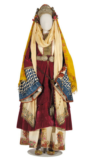 Νυφική φορεσιά, γνωστή και ως «χρυσομάντιλο», από τη χρυσοκεντημένη επιμετώπια ταινία που χαρακτηρίζει τη νύφη. Αστυπάλαια, 19ος αι. (αρ. φορ. 95). © Μουσείο Μπενάκη, Αθήνα.