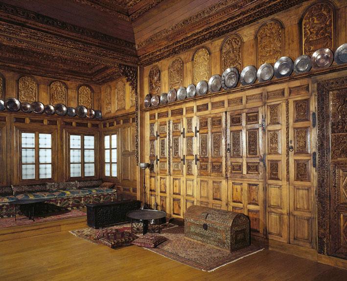 Ξυλόγλυπτη αίθουσα υποδοχής από το αρχοντικό Τσιμινάκη.  Kοζάνη, 19ος αι. (αρ. ευρ. 21190). © Μουσείο Μπενάκη, Αθήνα.