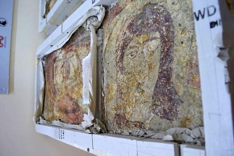 Εικ. 7. Δύο σπαράγματα τοιχογραφιών από το ναό της Αγίας Σολωμονής στην Κώμα του Γιαλού στην Καρπασία, 9ος αιώνας.