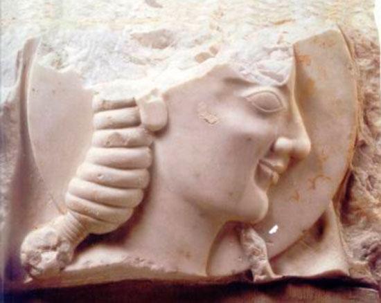 Τμήμα μαρμάρινου αναγλύφου με παράσταση νέου με δίσκο, 550 π.Χ., Εθνικό Αρχαιολογικό Μουσείο 38.