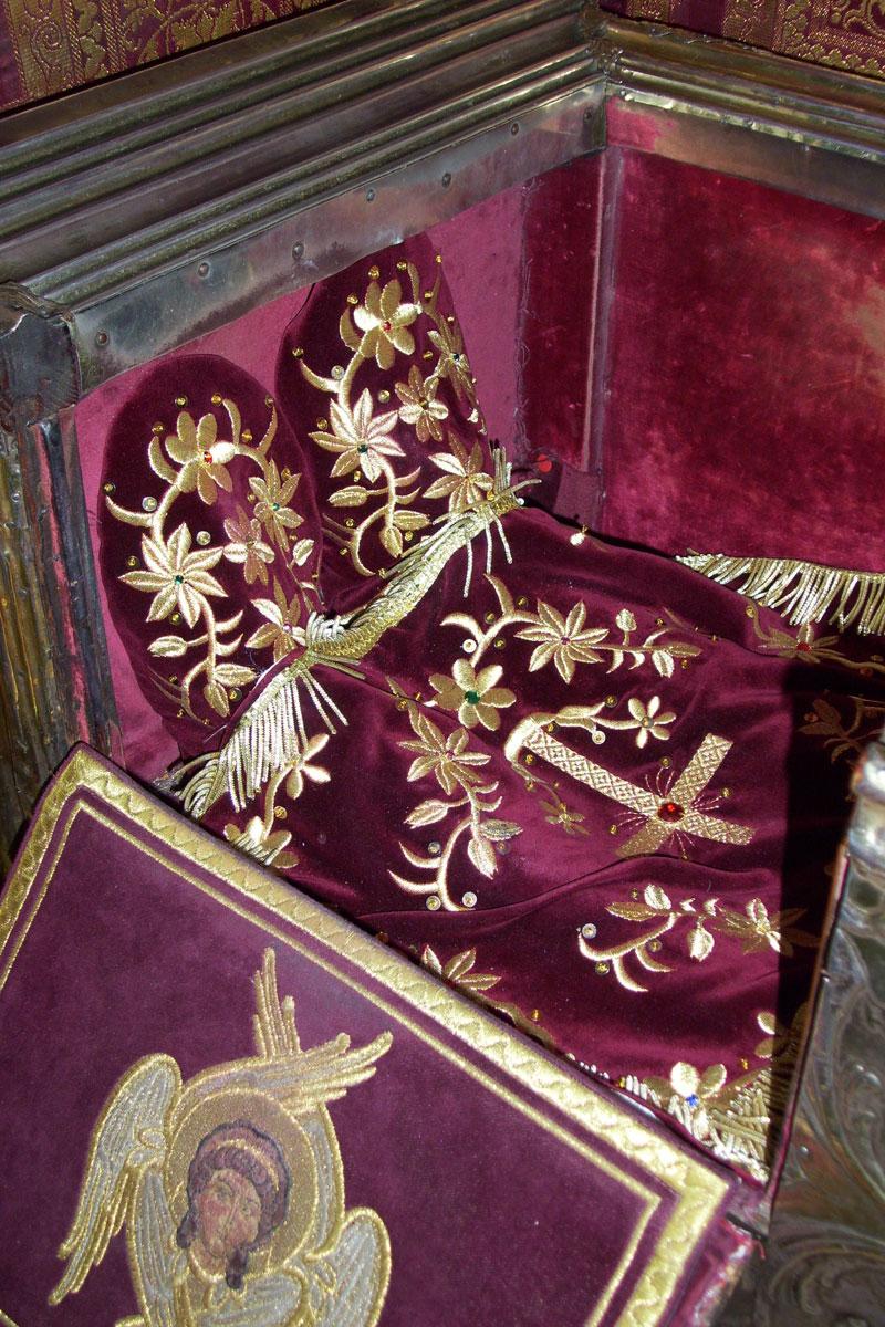 Εικ. 6. Λεπτομέρεια από τις εμβάδες και την ποδέα που καλύπτει το σκήνωμα του Αγίου. (φωτ. Χρ. Καρύδης)