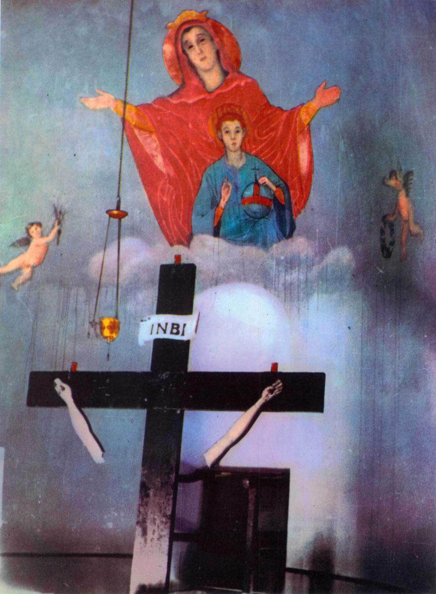 Εικ. 1. Φωτογραφία από το λεύκωμα του Δ. Καλούμενου «Η Σταύρωση του Χριστιανισμού».