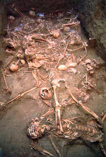 Εικ. 1. Μία από τις φάσεις εναπόθεσης της ομαδικής ταφής της Πύδνας. (http://antiquity.ac.uk/projgall/triantaphyllou/)