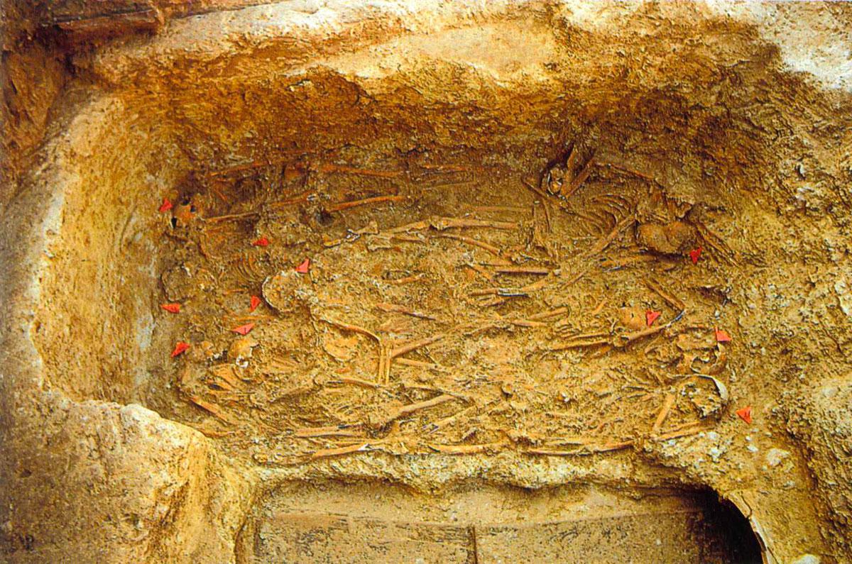 Εικ. 4. Η ομαδική  ταφή του Κεραμεικού. (Παρλαμά / Σταμπολίδης 2000)
