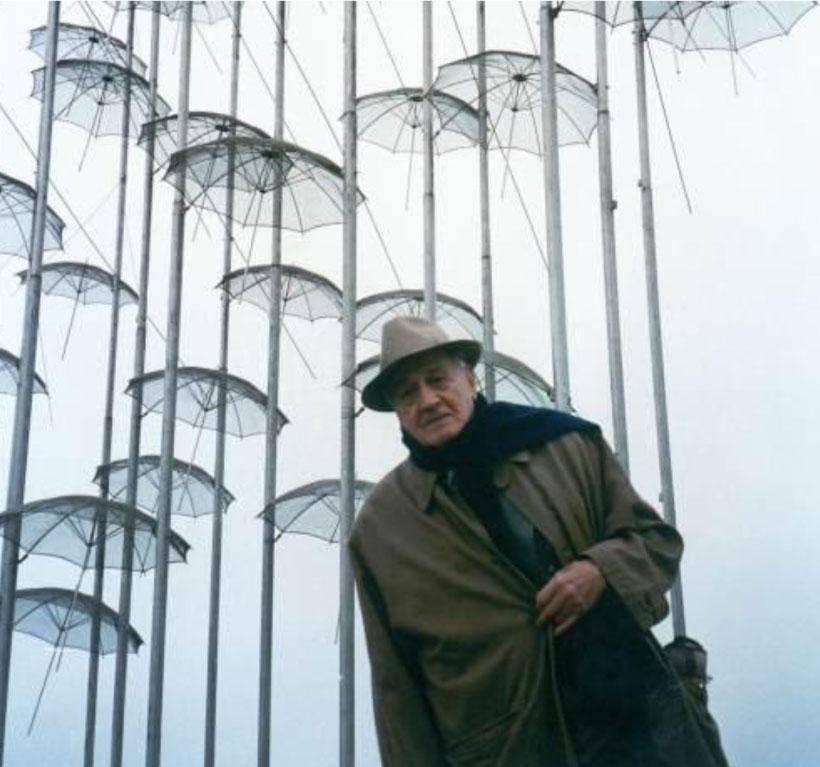 Ο Γ. Ζογγολόπουλος μπροστά στο έργο του «Ομπρέλες» (φωτ. Ίδρυμα Γεώργιος Ζογγολόπουλος).