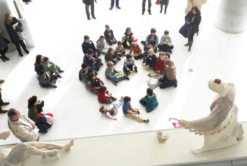 Στιγμιότυπο από περυσινό χριστουγεννιάτικο παιδικό πρόγραμμα από τους αρχαιολόγους-φροντιστές του Μουσείου Ακρόπολης. Φωτ. Γιώργος Βιτσαρόπουλος.