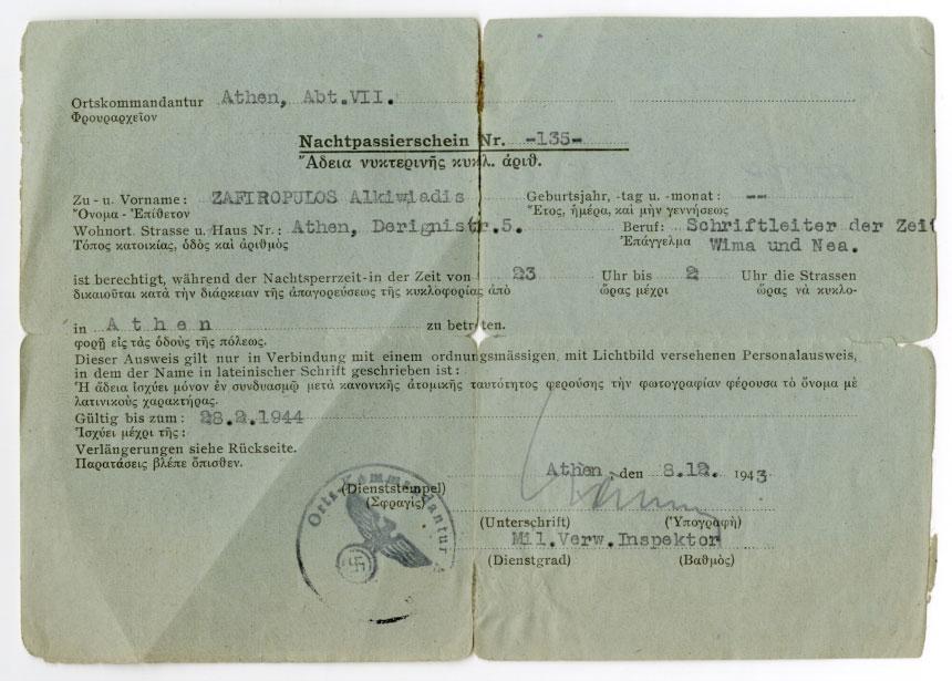 Άδεια νυχτερινής κυκλοφορίας από το γερμανικό φρουραρχείο στην Αθήνα του διευθυντή της εφημερίδας «Αθηναϊκά Νέα», Αλκιβιάδη Ζαφειρόπουλου (1943). Πηγή: Ελληνικό Λογοτεχνικό και Ιστορικό Αρχείο.
