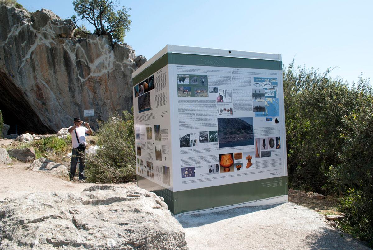 Εικ. 10. Σπήλαιο Φράγχθι. Οικίσκος με ενημερωτικό υλικό.