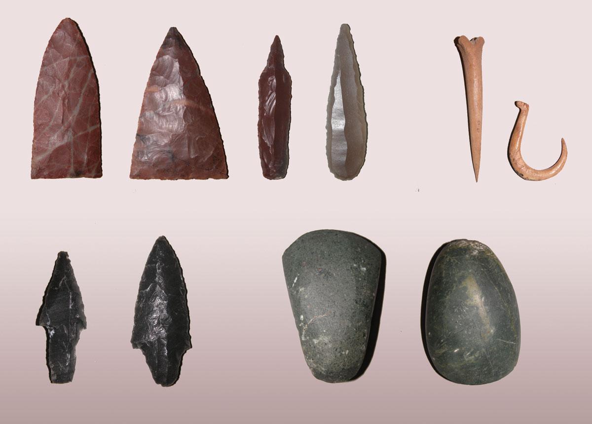 Εικ. 2. Σπήλαιο Φράγχθι. Λίθινα και οστέινα εργαλεία.