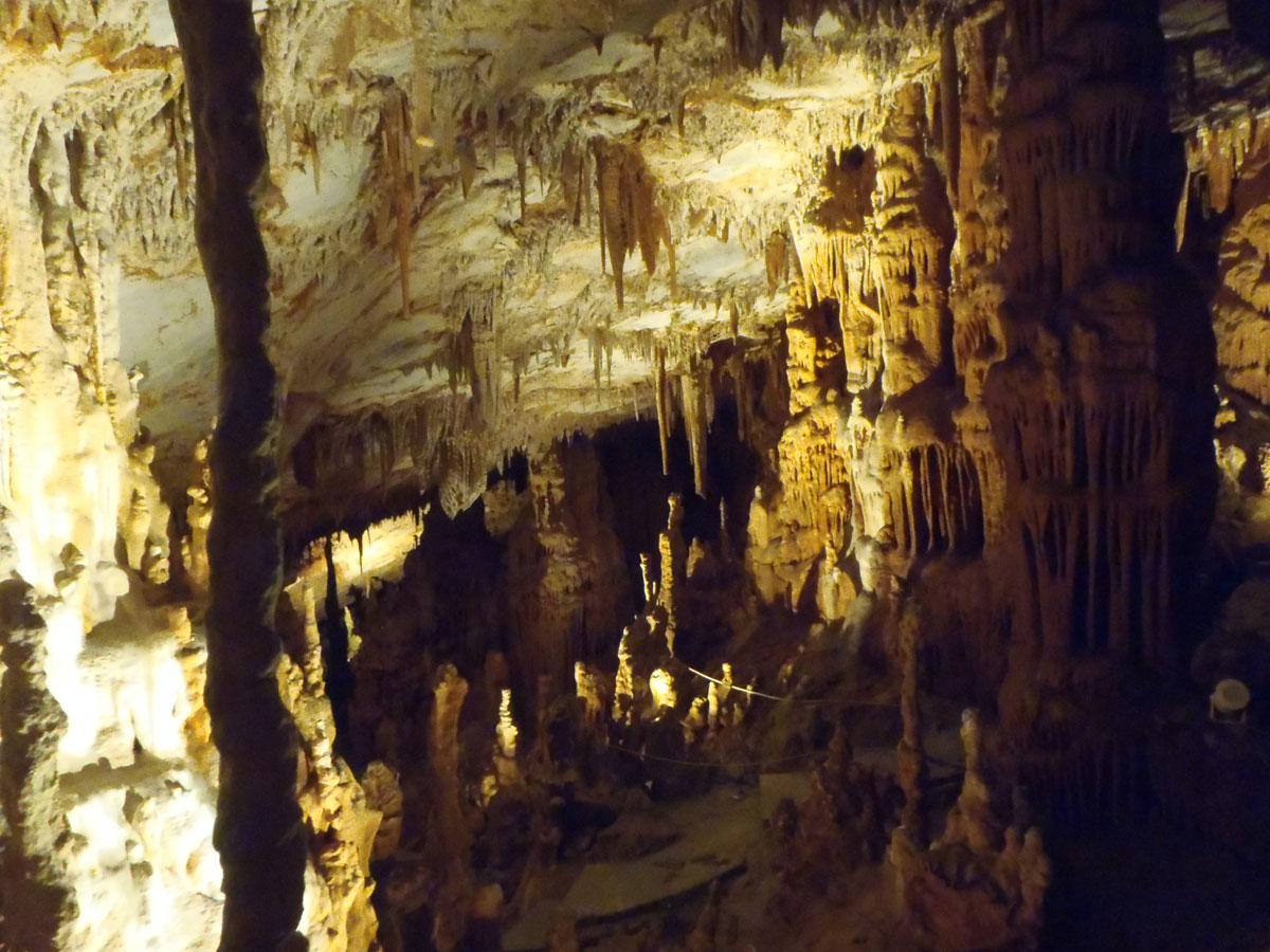 Εικ. 42. Σπήλαιο Κουτούκι. Το σπήλαιο μετά τον καθαρισμό και τον ηλεκτροφωτισμό του.