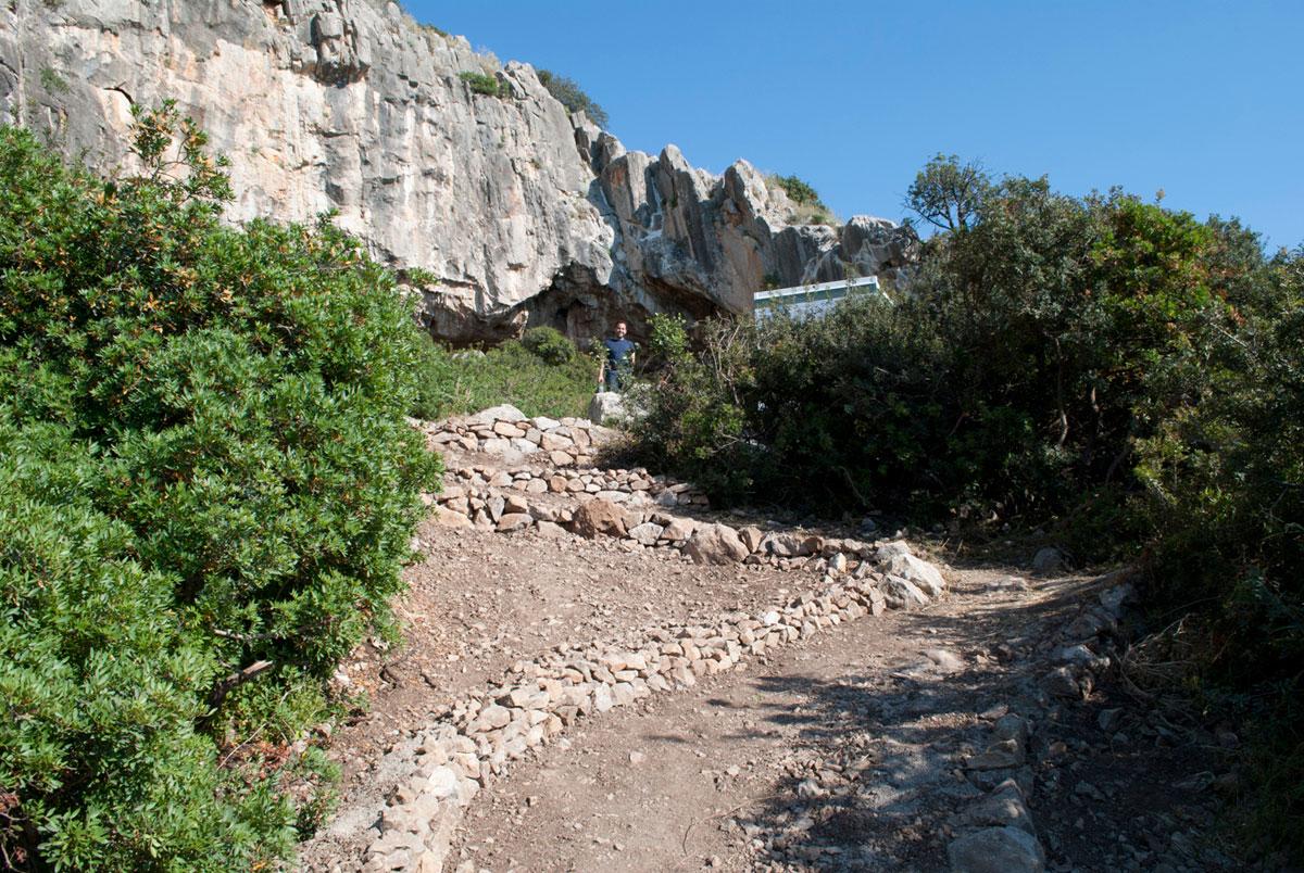 Εικ. 6. Σπήλαιο Φράγχθι. Διαμόρφωση της πρόσβασης.