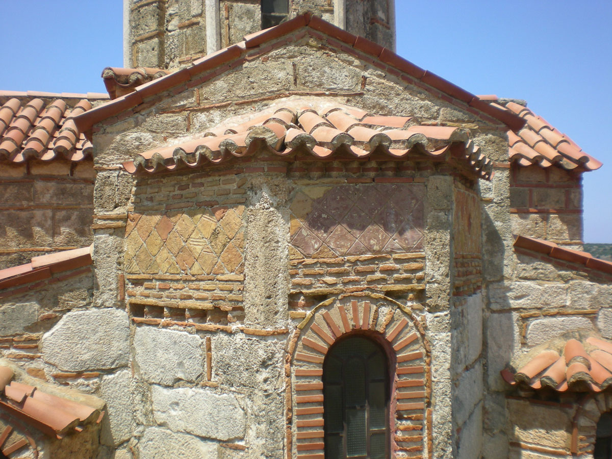 Εικ. 11. Όψη βυζαντινού ναού στη Μάνη, κεραμοπλαστικός διάκοσμος (πηγή: προσωπικό αρχείο).