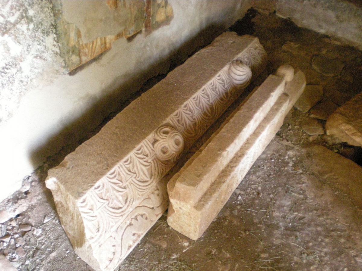 Εικ. 8. Αρχιτεκτονικά μέλη βυζαντινού ναού στη Μάνη (πηγή: προσωπικό αρχείο).