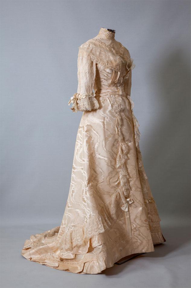 Νυφικό σύνολο. Φορέθηκε από την Αθηνά Πολάτ τη δεκαετία του 1910. Δωρεά Θάλειας Σκουρογιάννη και Αθηνάς Χριστοφίδου.