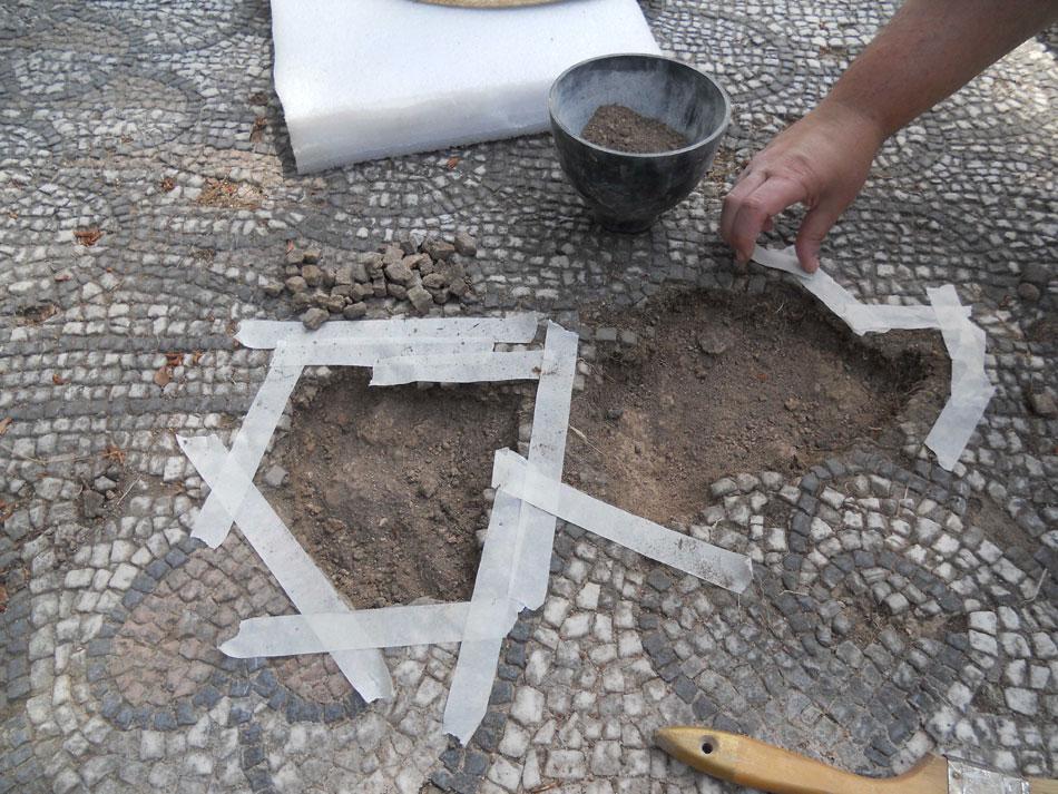 Συντήρηση ρωμαϊκού ψηφιδωτού από τη Γ' Εφορεία Προϊστορικών και Κλασικών Αρχαιοτήτων (φωτ. ΑΠΕ-ΜΠΕ).