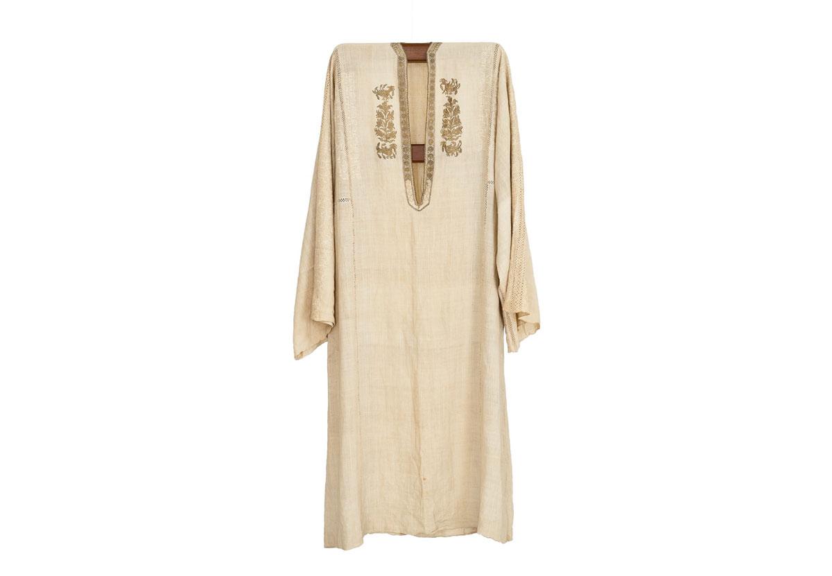 Εικ. 4. Λινή νυφική πουκαμίσα, κεντημένη με επάργυρο και επίχρυσο σύρμα, Ιωάννινα, 19ος αι. (© Εβραϊκό Μουσείο Ελλάδος, 2014).