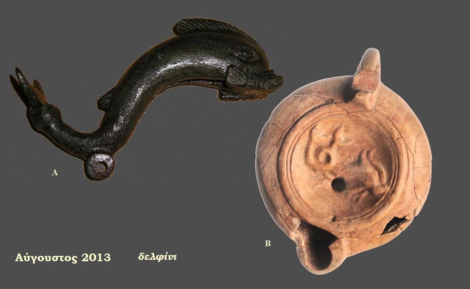 A. Χάλκινο ολόγλυφο δελφίνι, πιθανόν εξάρτημα επίπλου, ελληνιστική περίοδος, Γίτανα (Αίθουσα 2 - Ενότητα IΙΙ), B. πήλινο λυχνάρι με ανάγλυφη διακόσμηση ζεύγους δελφινιών, 1ος αι. π.Χ. - 1ος αι. μ.Χ., Νεκροταφείο Μαζαρακιάς (Αίθουσα 4 - Ενότητα V), Αρχαιολογικό Μουσείο Ηγουμενίτσας.
