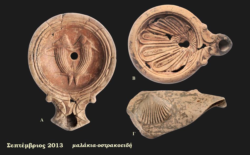 Α. Λυχνάρι με ανάγλυφη διακόσμηση: ζεύγος μαλακίων, 70-100 μ.Χ., Νεκροταφείο Μαζαρακιάς (Αίθουσα 4 - Ενότητα V), Β. Λυχνάρι με ανάγλυφη διακόσμηση αχιβάδας, 70-120 μ.Χ., Νεκροταφείο Μαζαρακιάς (Αίθουσα 4 - Ενότητα V), Γ. όστρακο πήλινου αγγείου με ανάγλυφο έμβλημα αχιβάδας, Ελληνιστική Περίοδος, Ελέα (Αίθουσα 1 - Ενότητα ΙΙ), Αρχαιολογικό Μουσείο Ηγουμενίτσας.