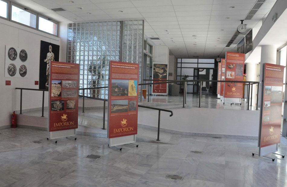 Εικ. 6. Η έκθεση φωτογραφίας και εποπτικού υλικού «Εμπόριον. Πύλη εισόδου του ελληνικού πολιτισμού στην Iβηρική Xερσόνησο».