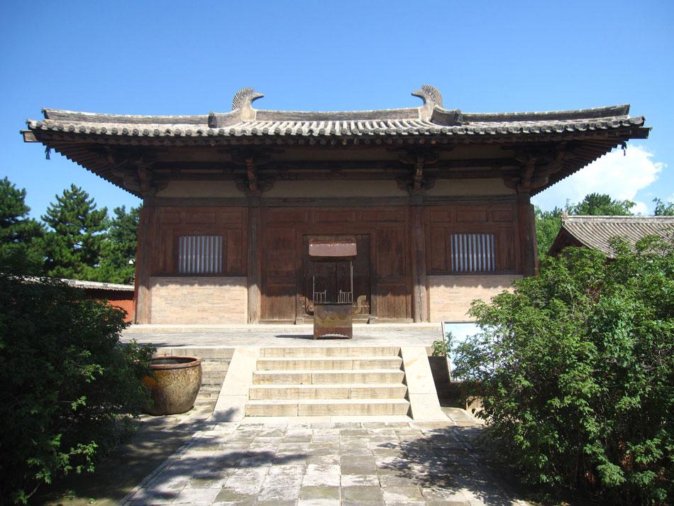 Εικ. 1. Ναός της περιόδου των Τανγκ, από τους αρχαιότερους σωζόμενους της Κίνας. Πιθανολογείται ότι οικοδομήθηκε γύρω στο έτος 850 και εκπροσωπεί την ήδη διαμορφωμένη τότε κινέζικη αρχιτεκτονική της κυρτής στέγης.