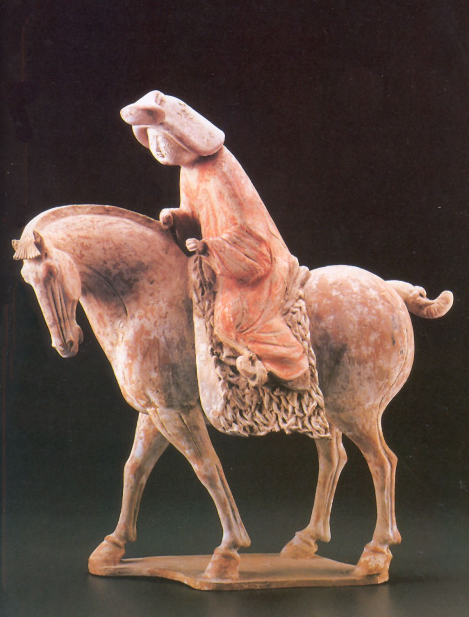 Εικ. 2. Αυτό το λεπτότατης τέχνης αγαλματίδιο ανασύρθηκε από το ταφικό μνημείο της περιόδου των Τανγκ. Αποτελεί ένα από τα τεκμήρια της εξαιρετικής θέσης των γυναικών στους «χρυσούς αιώνες» της Κινεζικής Αυτοκρατορίας.