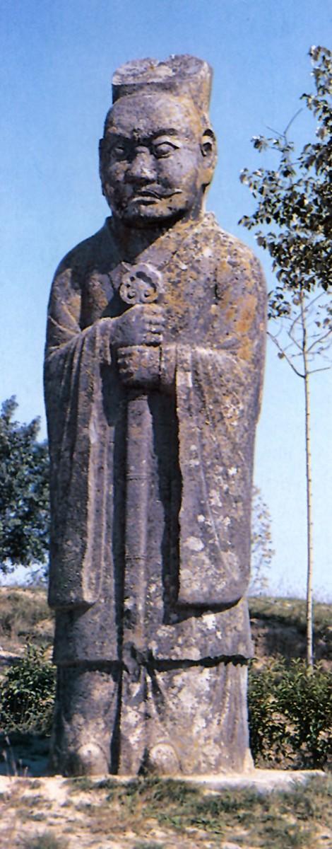 Εικ. 6. Ηρεμία, σοβαρότητα και αίσθηση σεβασμού αποπνέει η φυσιογνωμία και η κατατομή του αξιωματούχου που απεικονίζεται στο λίθινο άγαλμα. Είναι ένα από τα δεκάδες όμοια αγάλματα, σε φυσικό μέγεθος, που είναι παρατεταγμένα στο μονοπάτι που οδηγεί στο μνήμα του πρώτου αυτοκράτορα της Δυναστείας των Τανγκ.