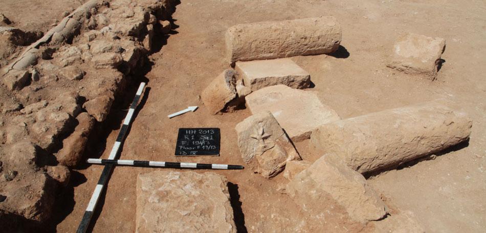 Βρέθηκαν τμήματα των ανώτερων τμημάτων των κιόνων και τμήματα του επιστυλίου, μεταξύ των οποίων δύο ακρωτήρια με ανάγλυφα σύμβολα των Διόσκουρων (φωτ. Τμήμα Αρχαιοτήτων Κύπρου).