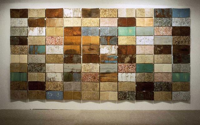 Ρένα Παπασπύρου, Εικόνες στην Ύλη, 1995, ξύλο, λαμαρίνα, μωσαϊκές πλάκες, επέμβαση με σινική μελάνη, έκαστο στοιχείο 0,20Χ0,40 εκ., συνολική διάσταση μεταβλητή.