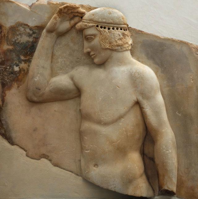 Αναθηματικό ανάγλυφο με παράσταση νέου αθλητή που αυτοστεφανώνεται, από το Σούνιο. Περ. 460 π.Χ. Εθνικό Αρχαιολογικό Μουσείο (ΕΑΜ 3344), Αθήνα.