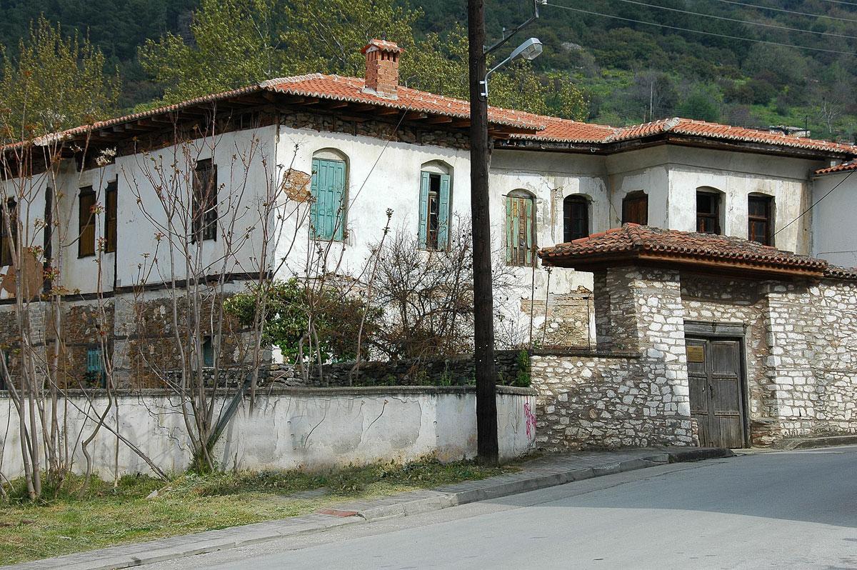 To Αρχοντικό της οικογένειας των Χατζηιωάννου-Αλεξούλη στην Αγιά Λάρισας (φωτ. Σ. Σδρόλια).