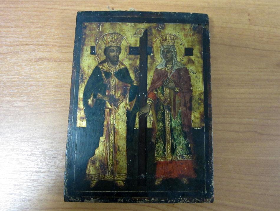 Φορητή εικόνα με παράσταση των Αγίων Κωνσταντίνου και Ελένης, που κατασχέθηκε σε χωριό των Σερρών (φωτ. Ελληνική Αστυνομία).
