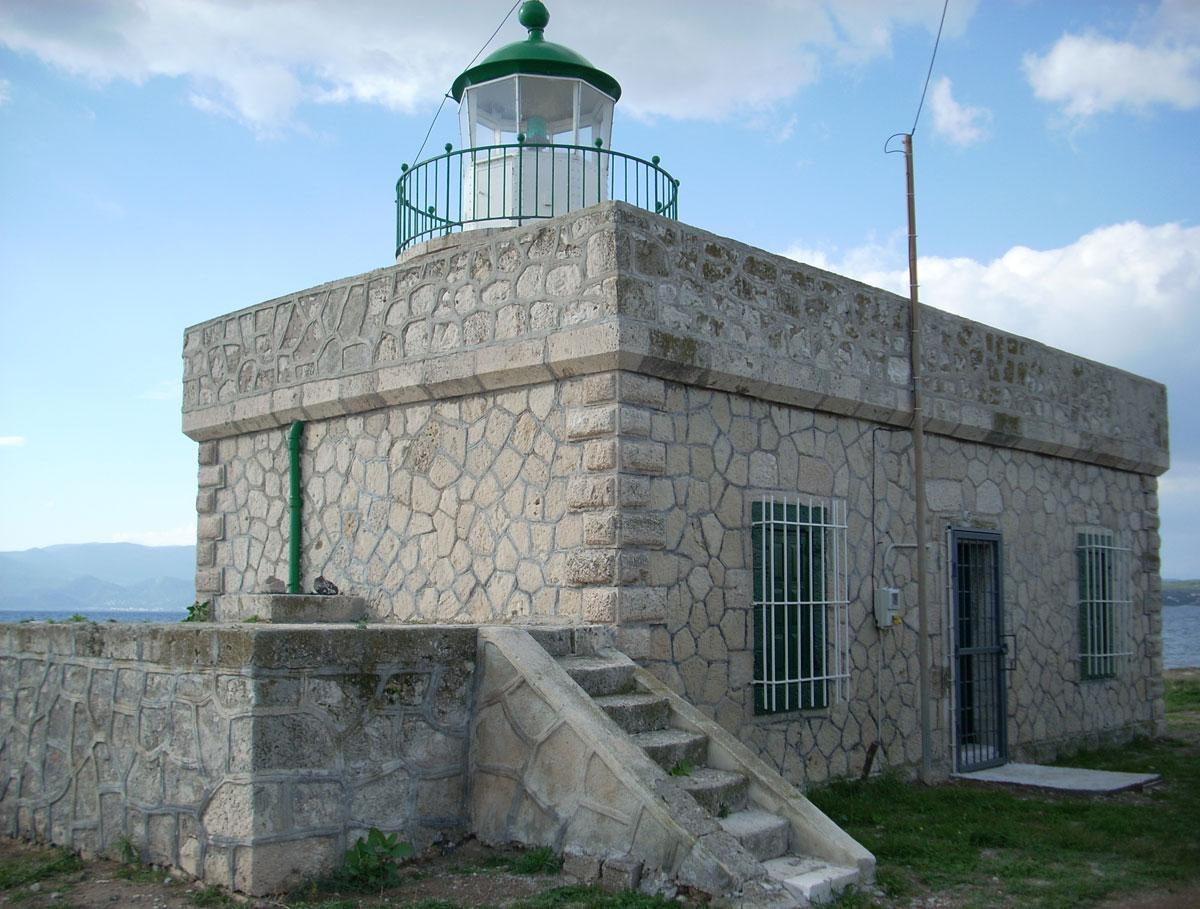Εικ. 8. Σουσάκι Κορινθίας. Πρωτολειτούργησε το 1894 ως επιτηρούμενος  Φάρος Ε΄ τάξεως με σταθερό ερυθρό φως.Το 1980 ο φάρος ηλεκτροδοτήθηκε και λειτουργεί ως επιτηρούμενος.