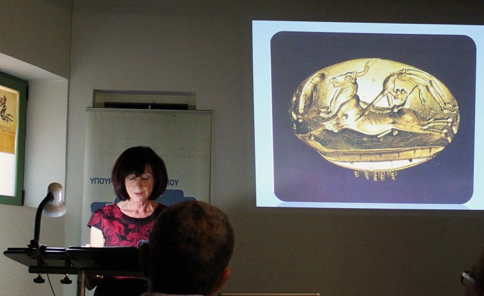 Εικ. 3. Η καθηγήτρια Ναννώ Μαρινάτου, κατά τη διάρκειά της διάλεξής της με τίτλο  «Κλοπή στο Μουσείο Ηρακλείου 1937».
