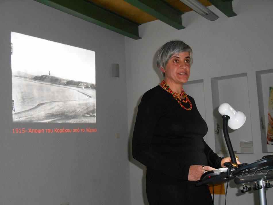Εικ. 4. Η Δρ Ιουλία Τζώνου-Herbst, κατά τη διάρκεια της διάλεξής της με τίτλο «Ο ανασκαφέας Carl Blegen στην Κόρινθο: Στρωματογραφία στις αρχές του 20ού αιώνα».