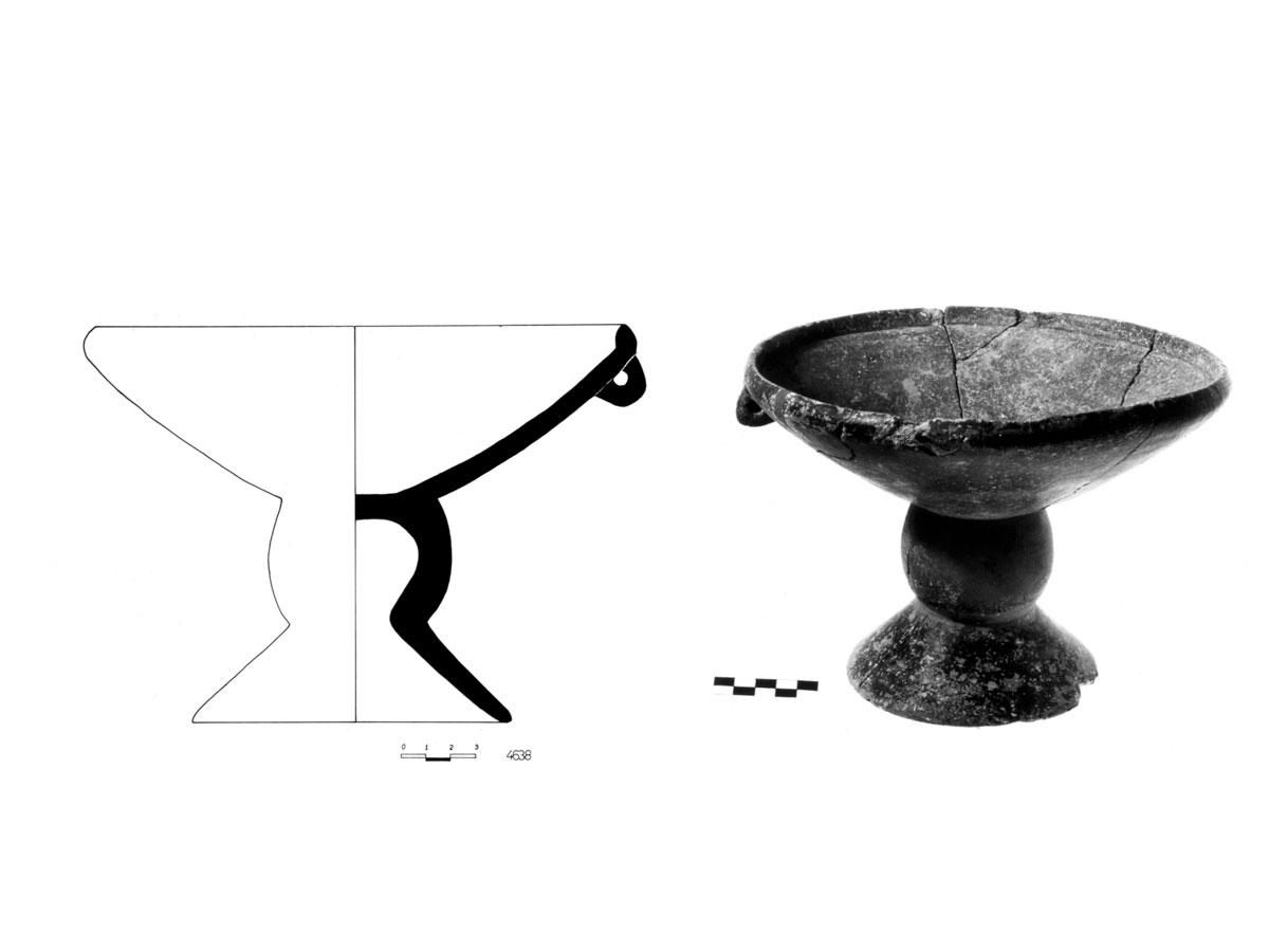 Πήλινο αγγείο, σε σχήμα «φρουτιέρας», που στηρίζεται σε κυλινδρικό πόδι το οποίο φέρει μια στρογγυλή προεξοχή γύρω του. Τέλος 4ης-αρχές 3ης χιλιετίας. Βρέθηκε στο Κάτω Κουφονήσι (πηγή φωτ. Ανασκαφική ομάδα των Κουφονησιών).
