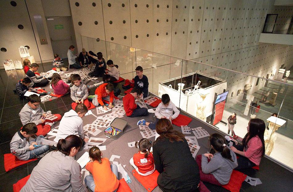 Στιγμιότυπο από παιδικό εργαστήρι στο Μουσείο Ακρόπολης. Φωτ. Γιώργος Βιτσαρόπουλος.