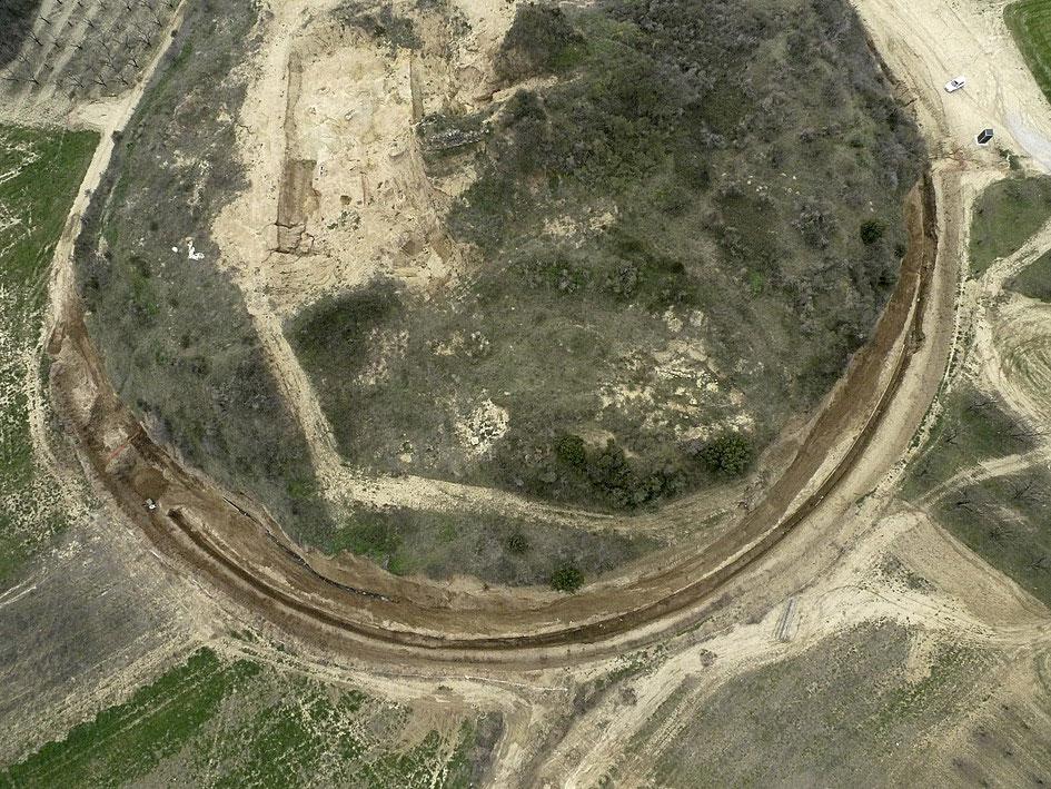 Αεροφωτογραφία του ταφικού περιβόλου που ανασκάπτεται στο λόφο Καστά, στην αρχαία Αμφίπολη (φωτ. ΑΠΕ-ΜΠΕ / ΚΗ'  ΕΠΚΑ).