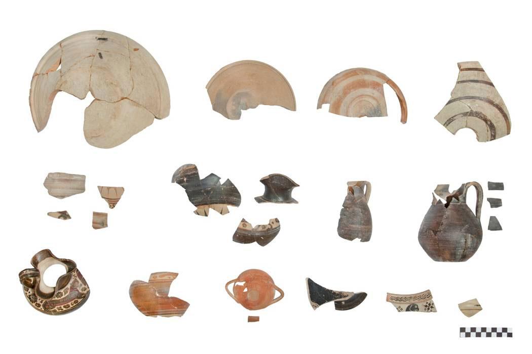 Ευρήματα ντόπιας και επείσακτης κεραμικής από την ανασκαφή στον αρχαίο οικισμό στο Καραμπουρνάκι (φωτ. ΑΠΘ).
